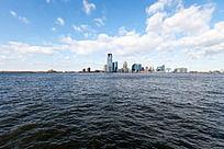 蓝天白云下的海边美丽城市曼哈顿