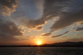 太湖边的日落晚霞火烧云