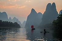 早晨江面上的帆船和渔船