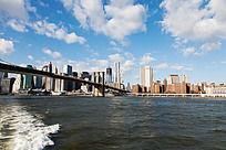 蓝天白云的海边城市曼哈顿