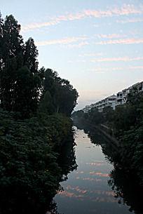 夕阳晚霞倒映水中