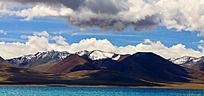 白云蓝天下的山脉