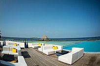 马尔代夫Coco岛上的露天淡水游泳场与大海几乎一体和休息区的沙发椅