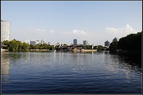 美丽的湖泊蓝天白云高楼