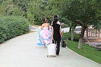 拍婚纱照的一对新人