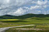 草地与云彩风车