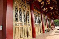 大悲寺长廊里的镂空木门