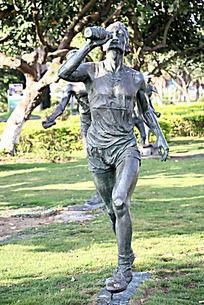 喝水的人物雕塑