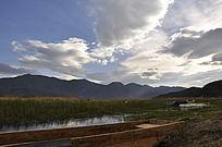 湖面上的木船和群上