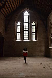 女子与教堂
