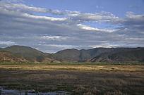 天空下平静的草地和群山