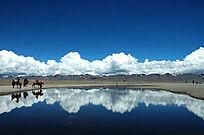 蔚蓝的纳木措湖水倒影
