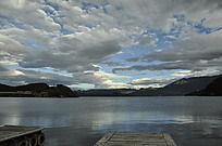 傍晚湖边平静的风景