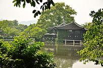 湖边古建筑