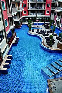 酒店里别致的露天游泳池