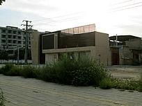 马路拐角的建筑