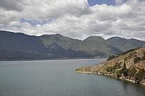 平静的湖面和群山