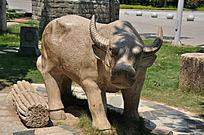 石头雕刻的牛和棍子