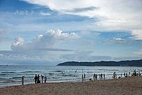 蓝天白云的亚龙湾海滩