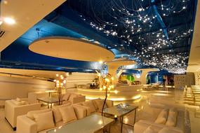 温馨灯光下的料理餐厅