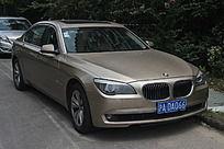 灰褐色宝马车