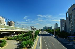 蓝天下的马路