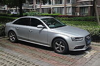 银灰色奥迪轿车