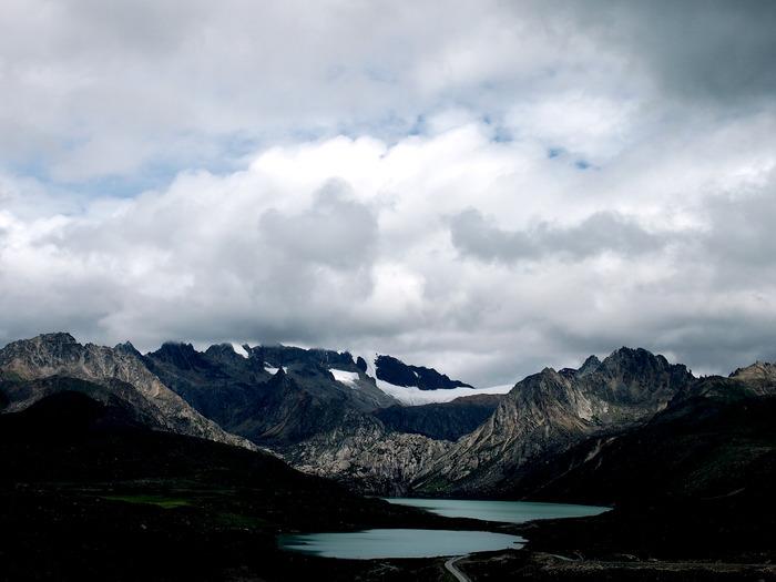 白云下的山与湖泊图片