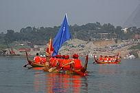 汉江边上观看大赛的人群和水上等待竞赛的选手