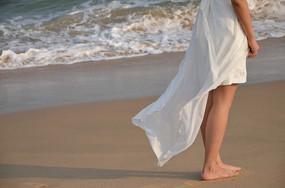 女孩的白裙飘起露出的小腿