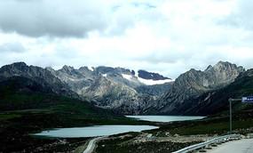 云下的雪山与湖泊