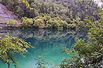 九寨沟山脚下的蓝色湖泊