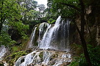 倾泻的瀑布水流