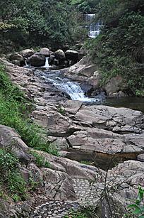 溪边岩石与瀑布