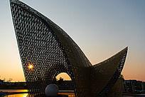 夕阳透过广场雕塑