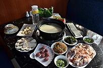 一桌火锅菜品俯拍