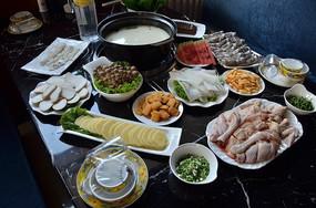 一桌美味的火锅菜