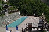 酒店里小型露天游泳池