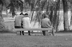 一对情侣和一个孤寡老人