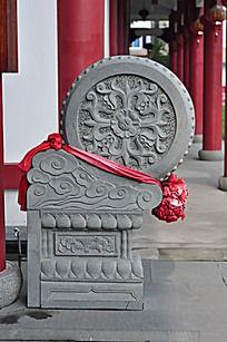 门口带有传统纹样的石雕