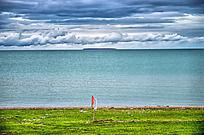 青海湖的绿草、湖泊和天空