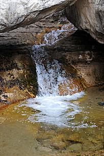 山石间的小溪流