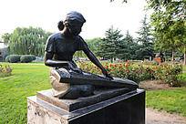 弹琴的女子雕像