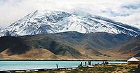 帕米尔高原湖边的雪山