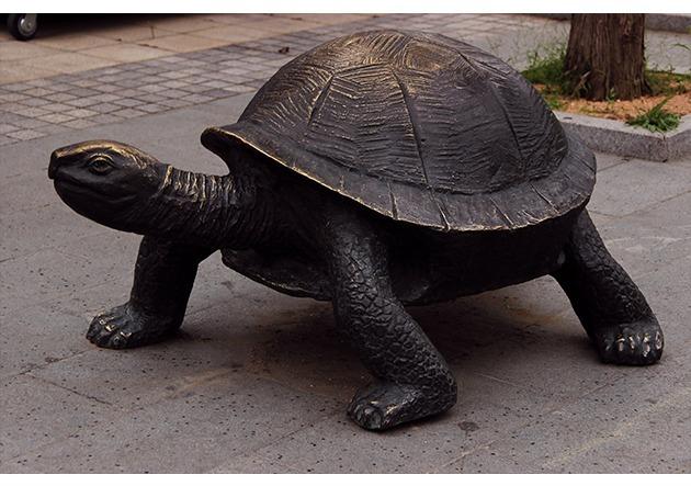 摆放在地下的铜质乌龟雕塑图片