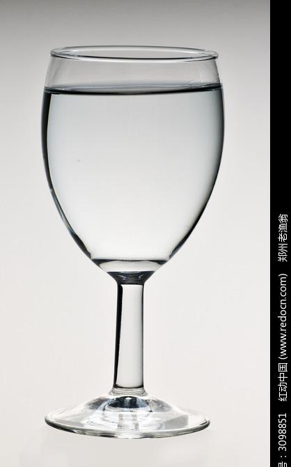 一高脚杯白开水图片