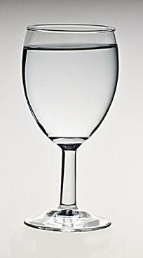 一高脚杯白开水