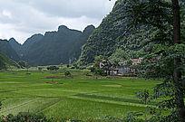 群山环抱的小村庄