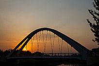 夕阳下的铁索桥