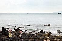 涠洲岛 在火山岩海滩留影